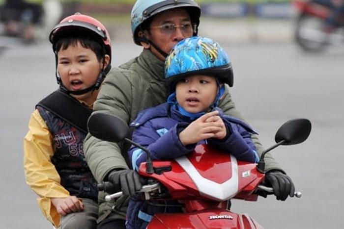 Đội mũ bảo hiểm khi tham gia giao thông