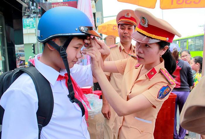 Đội mũ bảo hiểm cho con khi tham gia giao thông chính là cách bảo vệ bé