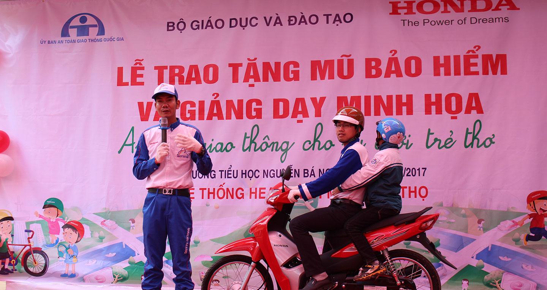 Các trường học tặng mũ bảo hiểm cho trẻ em để xây dựng văn hóa giao thông lành mạnh, an toàn