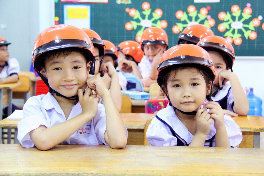 Trẻ em được giáo dục về đội nón bảo hiểm tại trường