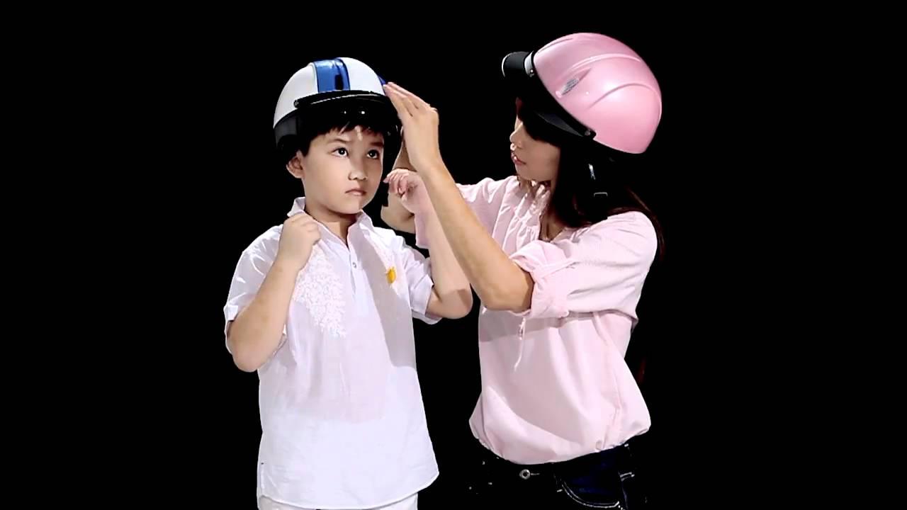 Đội mũ cho con, trọn tình cha mẹ