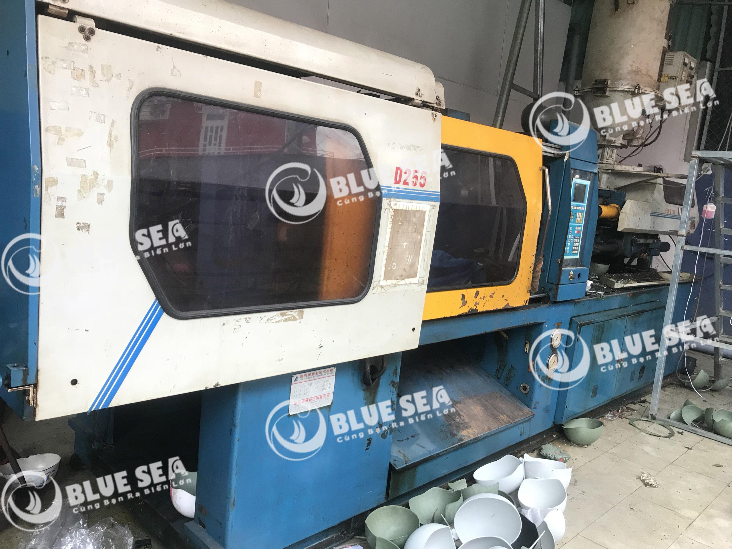 Máy ép nhựa nón bảo hiểm của công ty Blue Sea