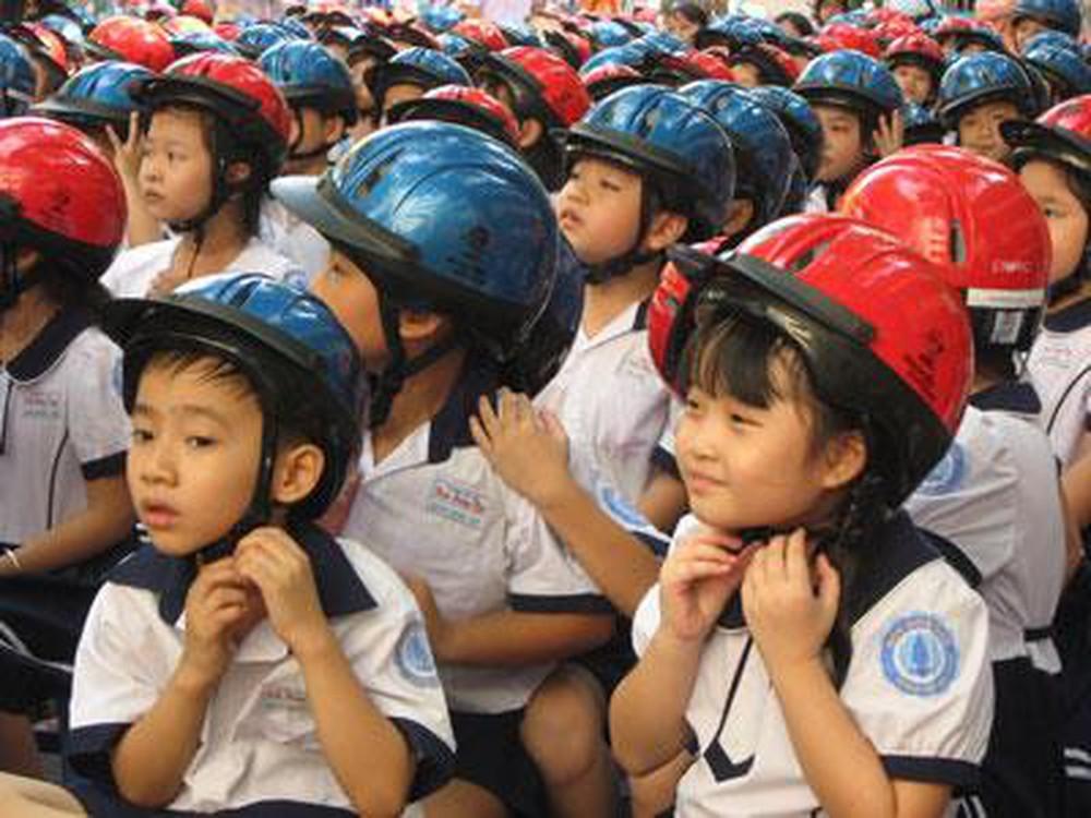 Đội mũ bảo hiểm cho con chính là đang bảo vệ tính mạng cho con em bạn