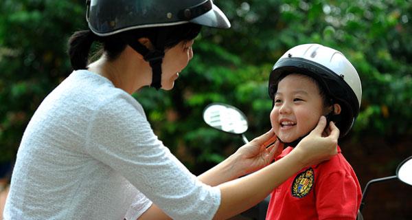 Đội mũ bảo hiểm cho trẻ đúng cách sẽ không khiến trẻ khó chịu khi đội mũ bảo hiểm