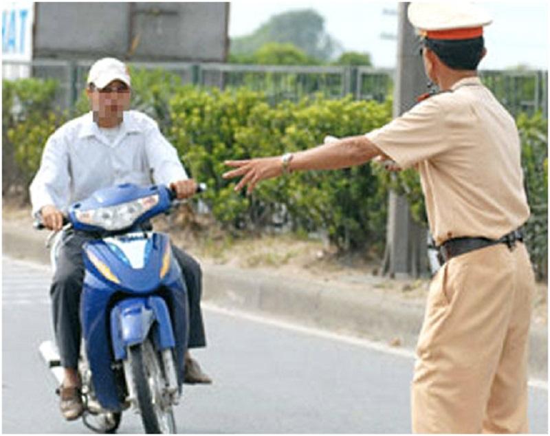 Người điều khiển xe máy không đội mũ bảo hiểm sẽ bị xử phạt theo quy định của nhà nước