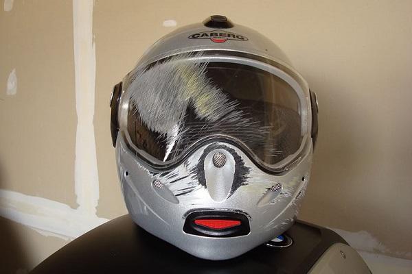 Kính mũ bảo hiểm bị xước sâu và nặng nên thay thế