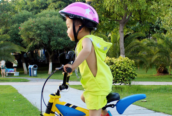 Trẻ em 2 tuổi có nên đội mũ bảo hiểm?